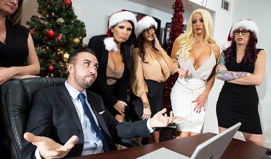 Бабенка из столичного офиса на новый год устроили свальный грех друг с другом и шефом