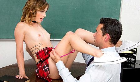 Молодая студентка Кристен Скот делает минет преподавателю и порется в классе