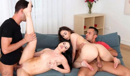 Две горячие девушки сношаются во все дырки в групповом сексе