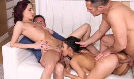 Пара лесбиянок занимается групповухой с парнями