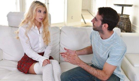 Парень уговорил молодую блондинку на страстный секс
