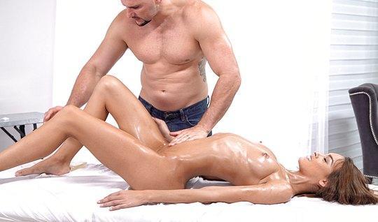 Накаченный массажист трахнул хрупкую девушку