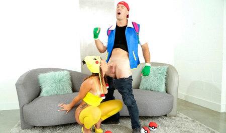 Молодой человек играет в покемонов и дрючит красивую шлюшку
