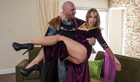 Рыцарь трахнул сексуальную брюнетку с большими сиськами