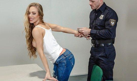 Сотрудник трахнул развратную девушку в кабинете