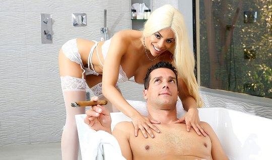 Грудастая блондинка запрыгнула на член мужику в ванной