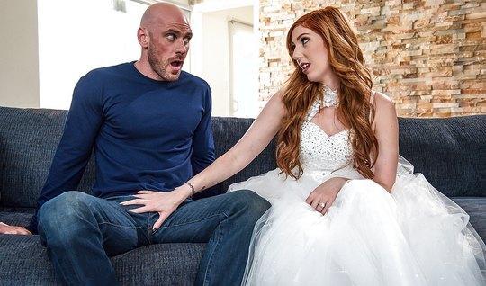 Рыжая шлюшка изменила мужу с лысым парнем прямо на свадьбе