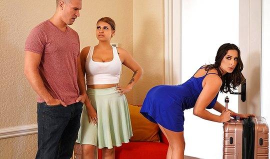 Мужик трахнул развратную сестру своей жены в спальне