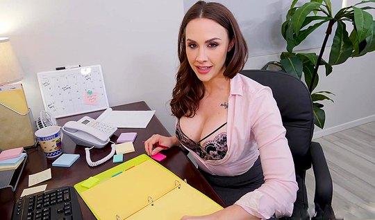 Секретаршка сдвинула трусики в сторону и насадилась на член прямо в офисе