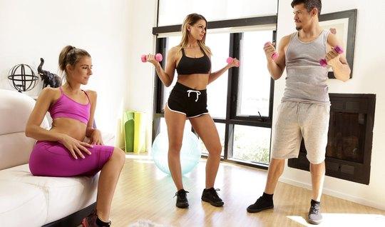 Две сисястые спортсменки трахаются с фитнес тренером в небольшой комнате