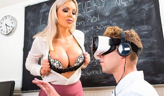 Парень в 3Д очках трахает аппетитную мамку с большими сиськами в колледже