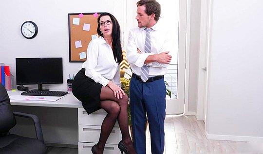 Небритый мужик трахается с красивой секретаршей в офисе на столе