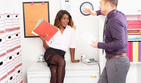 Деловая негритянка отдалась сексуальному мужику на офисном столе