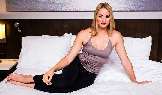 Красивая блондинка раздвигает ноги перед мускулистым незнакомцем на кастинге