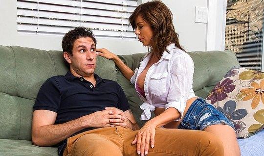 Сисястая мамка пристает к молодому любовнику и сосет у него перед куни