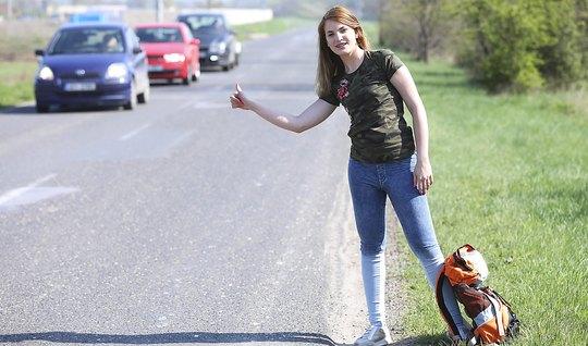 Девушка прокатилаь автостопом и отсосала у незнакомца на обочине трасы
