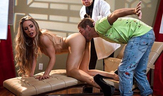 Мужик при враче на осмотре трахает длинноногую красотку  в кожаном кресле