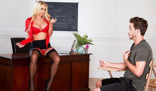 Мамка показала студенту большие сиськи и отдалась ему на столе в колледже