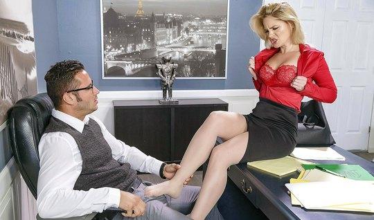 Светловолосая секретарша села на стол и отдалась боссу в офисе