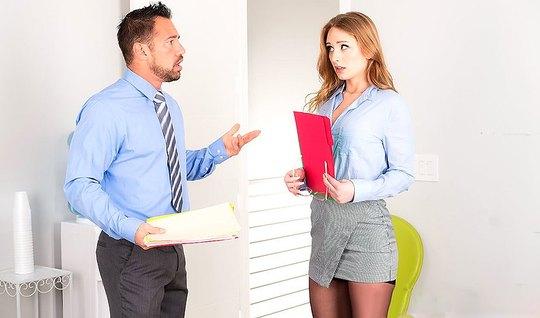 Белокурая секретарша в черных чулках трахается с боссом в офисе