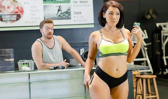 Сисястая брюнетка желает секса с тренером после физических нагрузок