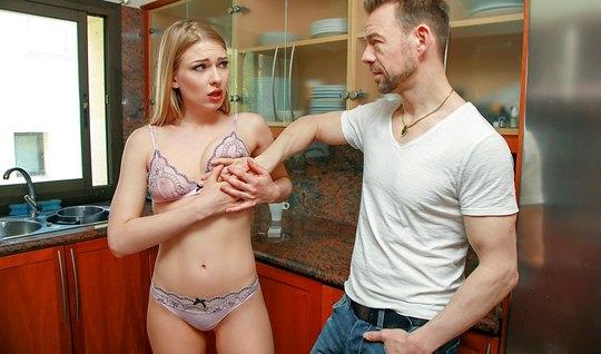 Дерзкая блондинка курит и сосет развратнику член от первого лица