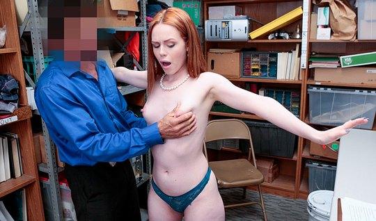 Рыжеволосая девушка отдалась мужчине в офисе на порку у стола