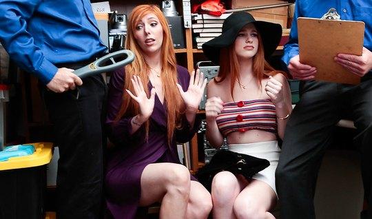 Две рыжие бабы ублажают мужчин в костюмах в небольшом офисе