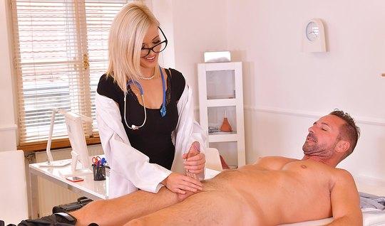 Белокурая медсестра надрочила пациенту огромный стояк пальцами