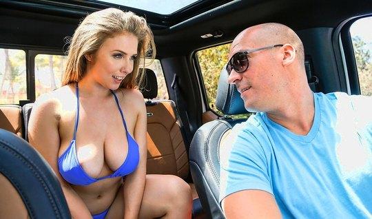 Женщина с большой грудью соблазняет лысого красавца в машине