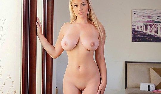 Грудастая блондинка разделась и занялась трахом с соседом