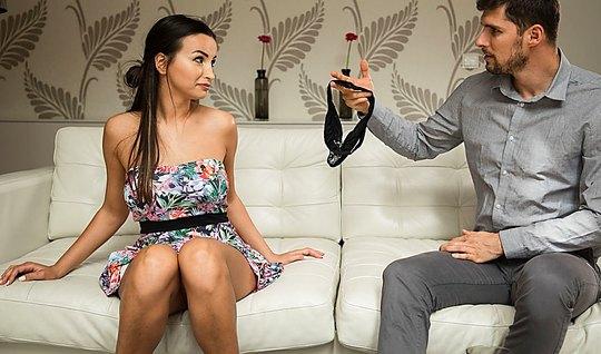 Красивая брюнетка с лысой щелью трахается с любовником на диване