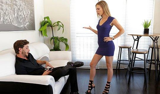 Блондинка в коротком платье пристает к небритому парню и трахает его киской