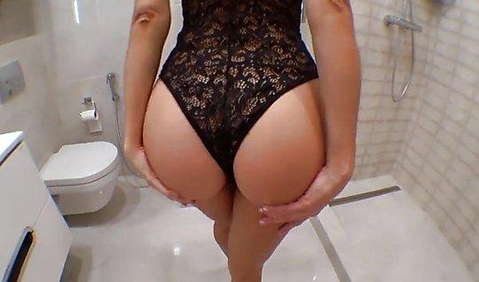 Телка в сексуальном боди отдалась мужику в туалете крупным планом