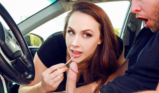 Брюнетка сделала минет мужику в машине и поимела его мохнаткой в отеле