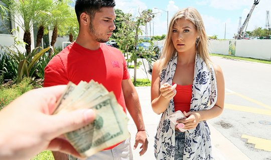 Блондинка за деньги берет в рот и трахается с другим на глазах у своего парня