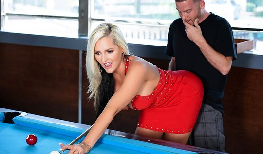 Сисястая блондинка не хочет играть в бильярд, а хочет трахаться