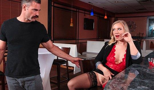 Блондинка в чулках соблазнила друга на кухне и страстно оттянулась с ним