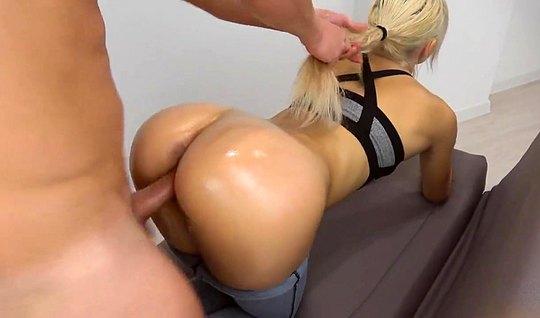 Блондинка в позе раком выставила попку для страстного траха