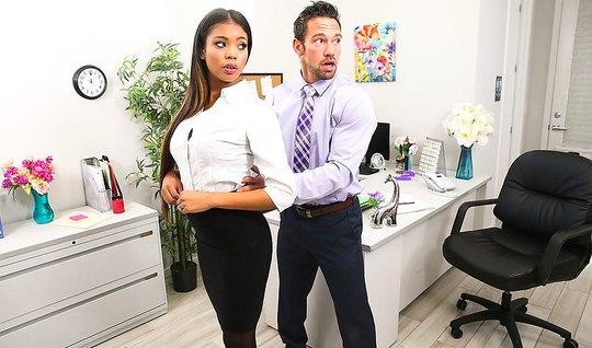 Шеф остался в офисе вдвоем с секретаршей и трахнул ее в мокрую пещеру