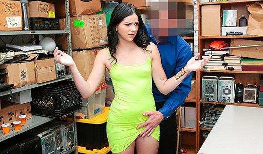 Сексуальная воровка оплачивает штраф охраннику своим роскошным телом
