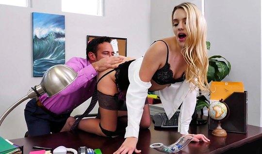 Раскованная секретарша залезла на стол босса и поимела его аппетитной попой