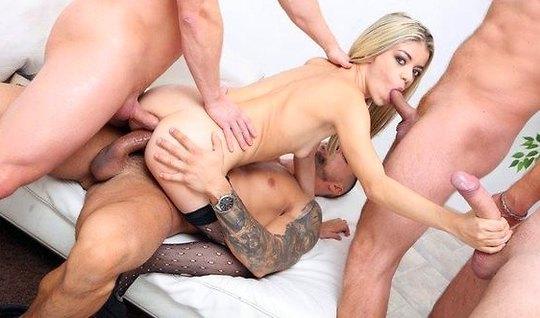 Роскошная блондинка получает оргазм от двойного проникновения