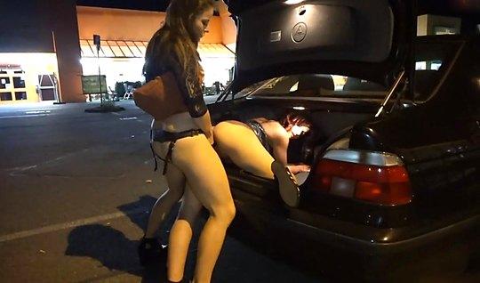 Молодые лесбиянки на публике в магазине трахают друг друга страпоном