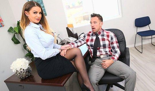 Раскрепощенная секретарша трахается с боссом в офисе на столе