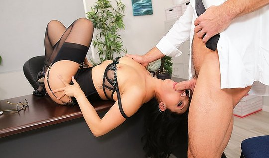 Азиатка в чулках трахается с боссом на офисном столе и берет за щеку
