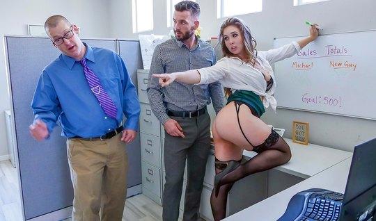 Мужик потрахал деловую телку в чулках при своем друге и обнончал ее попу
