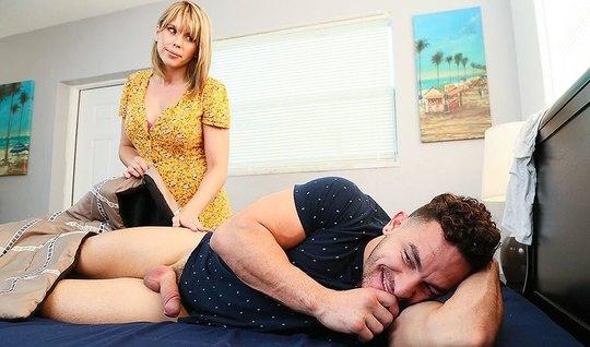 Опытная телка пристает к спящему любовнику и сосет у него крупным планом