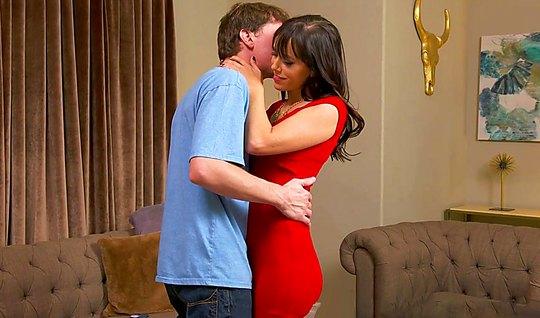 Зрелая мамка в красном платье соблазнила парня и отдалась ему