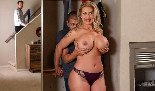 Зрелка тайком от мужа привела в дом любовника и трахнулась с ним в спальне